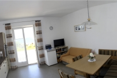 Wohnküche der Ferienwohnung mit Zugang zur Terasse